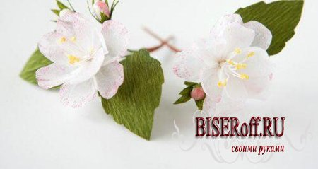 Яблоневые веточки с цветами из креповой бумаги